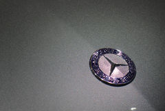 Mercedes emblem på en grå bil Royaltyfri Fotografi