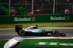Mercedes Formula 1 in Monza door Lewis Hamilton wordt gedreven dat royalty-vrije stock foto's