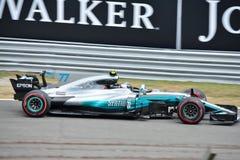 Mercedes Formula One som är drivande vid Valtteri Bottas Arkivbilder