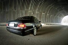 Mercedes går på ljus i en tunnel Arkivbilder