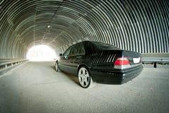 Mercedes går på ljus i en tunnel Arkivfoto