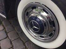 Mercedes klassiskt bilgummihjul och hjul royaltyfria bilder