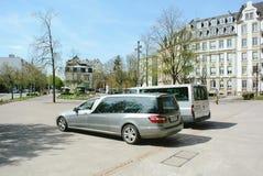 Mercedes-lijkwagen voor de kerk wordt geparkeerd die stock fotografie