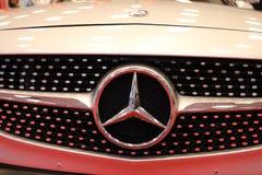 Mercedes metallisk logocloseup på den Mercedes bilen som visas på den 3rd upplagan av MOTO-SHOWEN i Cracow Polen Royaltyfri Fotografi