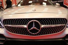 Mercedes metallisk logocloseup på den Mercedes bilen som visas på den 3rd upplagan av MOTO-SHOWEN i Cracow Polen Arkivbild