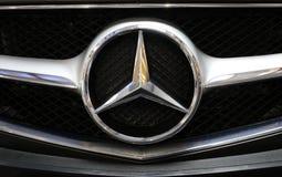 Mercedes metallisk logocloseup på den Mercedes bilen som visas på den 3rd upplagan av MOTO-SHOWEN i Cracow Polen Royaltyfri Foto