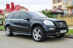 Mercedes nero ml ha parcheggiato vicino alla casa sulla via della città di Soci Fotografia Stock Libera da Diritti