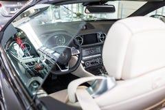 Mercedes SL63 AMG cabrio i bilvisningslokalen Arkivbild