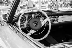 Mercedes SL280 från 1971 på den årliga oldtimerbilshowen Subotica 2015 Arkivbild