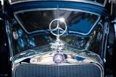 Mercedez Benz gwiazdy loga projekt, gatunku imię na Oldtimer automobi/ Obraz Stock
