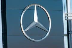 Mercedez Benz logo na ulicie Zdjęcie Royalty Free