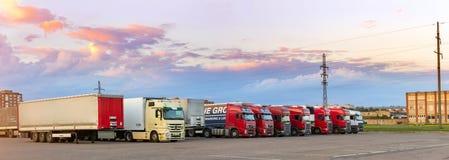 Mercedez, Volvo & Scania Ciężkie ciężarówki z przyczepami, Fotografia Stock