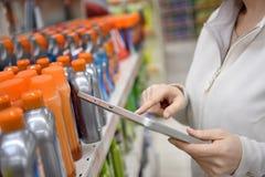 Merchandiser женщины делая инвентарь с таблеткой Стоковая Фотография