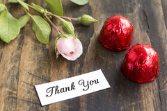 Merci carder avec deux pralines et Rose Photo stock