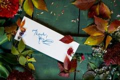 Merci carder sur des notes de gratitude d'écriture de fond d'automne et de thanksgiving photo stock