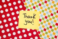 Merci - carte colorée sur le rouge avec le fond de points image libre de droits