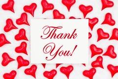 Merci carte de voeux avec les coeurs rouges sur le tissu blanc images libres de droits