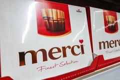 Merci choklad på försäljning i supermarket royaltyfri fotografi