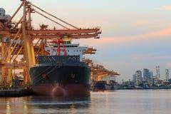 Merci commerciali del contenitore di caricamento della nave nell'uso dell'iarda della nave per il tra Immagini Stock Libere da Diritti