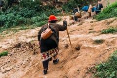 Merci commoventi della gente alla terra in barca nel fiume a Luang Prabang, Laos Fotografie Stock Libere da Diritti