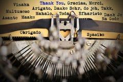 Merci dans différentes langues dactylographié par la rétro machine à écrire photos libres de droits