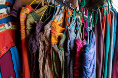 Merci del tessuto sul mercato indiano Fotografie Stock Libere da Diritti