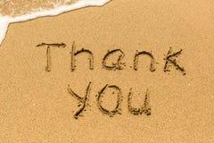 Merci dessiné sur le sable de mer avec la vague molle Été image stock