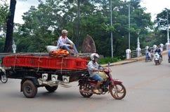 Merci di trasporto dei lavoratori in motocicletta e carretto in Siem Reap Fotografia Stock Libera da Diritti
