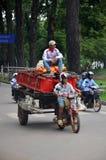 Merci di trasporto dei lavoratori in motocicletta e carretto in Siem Reap Immagine Stock Libera da Diritti