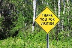 Merci du signe de visite sur un fond de forêt image stock