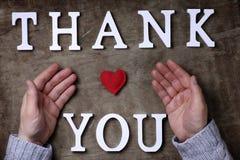 Merci exprimer des lettres en bois blanches sur la table et les mains images libres de droits