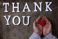 Merci exprimer des lettres en bois blanches sur la table et les mains image libre de droits