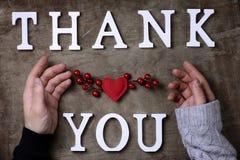 Merci exprimer des lettres en bois blanches sur la table et les mains photographie stock libre de droits