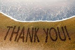 Merci exprimer dessiné sur le sable de la plage photographie stock libre de droits