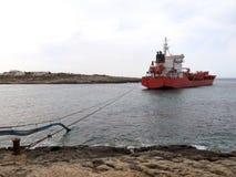 Merci industriali e liquidi di grande trasporto della barca attraccati immagini stock