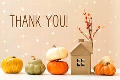Merci message avec des potirons avec une maison photo stock