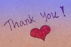 Merci message avec le coeur rouge sur le papier brun images libres de droits