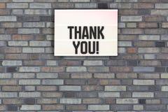 Merci message sur le mur de briques avec le caisson lumineux images stock