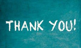 Merci ! message textuel dans les lettres blanches de craie écrites sur un tableau en bois ou un tableau noir de vieux vintage sal photo libre de droits