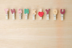 Merci mot de corde à linge avec l'espace sur le fond en bois Image stock