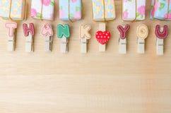 Merci mot de corde à linge avec des boîte-cadeau sur le backgrou en bois Image libre de droits