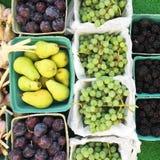 Merci nel carrello della frutta di caduta alla tavola del mercato dell'agricoltore, Okanagan, Canada fotografia stock libera da diritti
