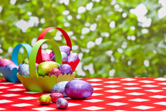 Merci nel carrello delle uova di Pasqua Fotografia Stock Libera da Diritti