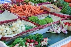 Merci nel carrello delle verdure nel mercato di strada a Lussemburgo Fotografia Stock