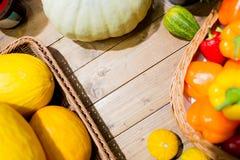 Merci nel carrello delle verdure sulla tavola al mercato o all'azienda agricola Fotografia Stock