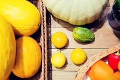 Merci nel carrello delle verdure sulla tavola al mercato o all'azienda agricola Fotografia Stock Libera da Diritti