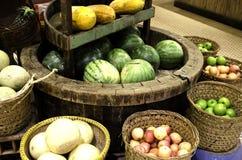 Merci nel carrello di frutti tropicali Fotografie Stock
