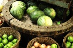 Merci nel carrello di frutti tropicali Immagine Stock Libera da Diritti