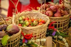 Merci nel carrello organiche fresche delle verdure fatte di bambù fatto a mano Fotografia Stock Libera da Diritti