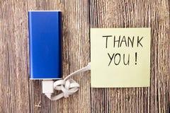 Merci noter, et le bleu a coloré la banque d'énergie et le câble d'USB est joint Dans la gratitude ci-dessus de photo, appréciati image stock
